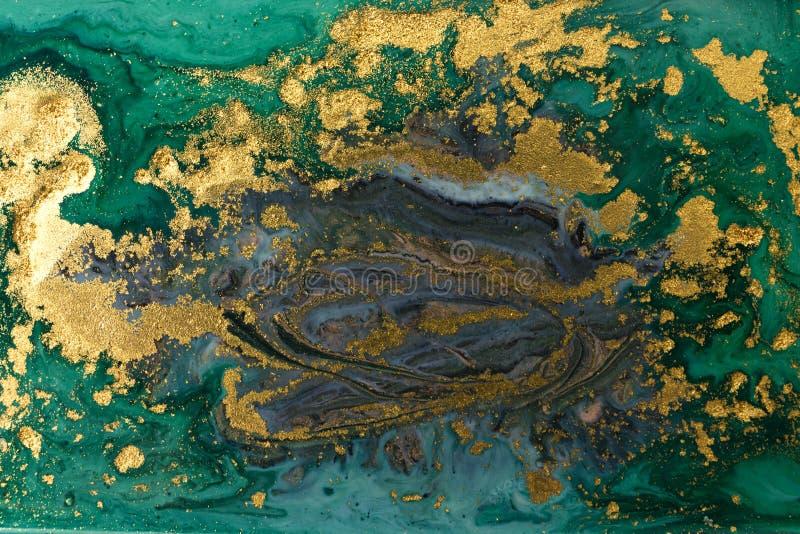 绿色大理石抽象丙烯酸酯的背景 使有大理石花纹的艺术品纹理 玛瑙波纹样式 金粉末 免版税库存图片