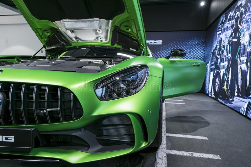 绿色奔驰车AMG广义相对论2018年V-8双涡轮外部细节,车灯 正面图 汽车外部细节 库存照片