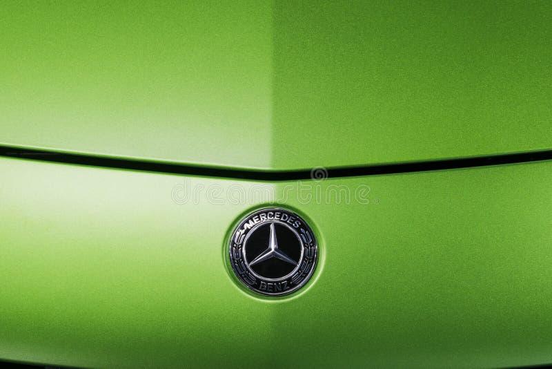 绿色奔驰车AMG广义相对论2018年V-8 Biturbo外部细节的商标,正面图 汽车外部细节 库存图片