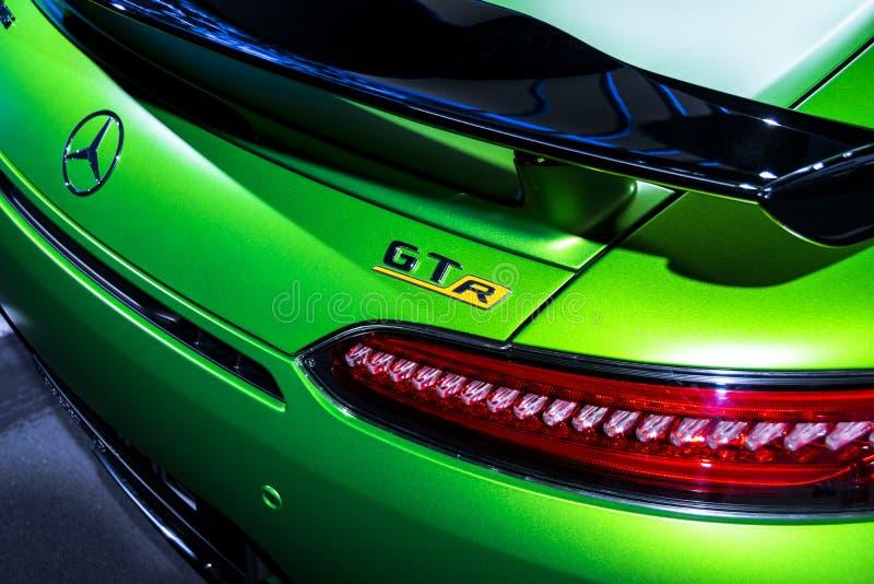 绿色奔驰车AMG广义相对论2018年V-8 Biturbo外部细节,车灯 回到视图 汽车外部细节 库存照片
