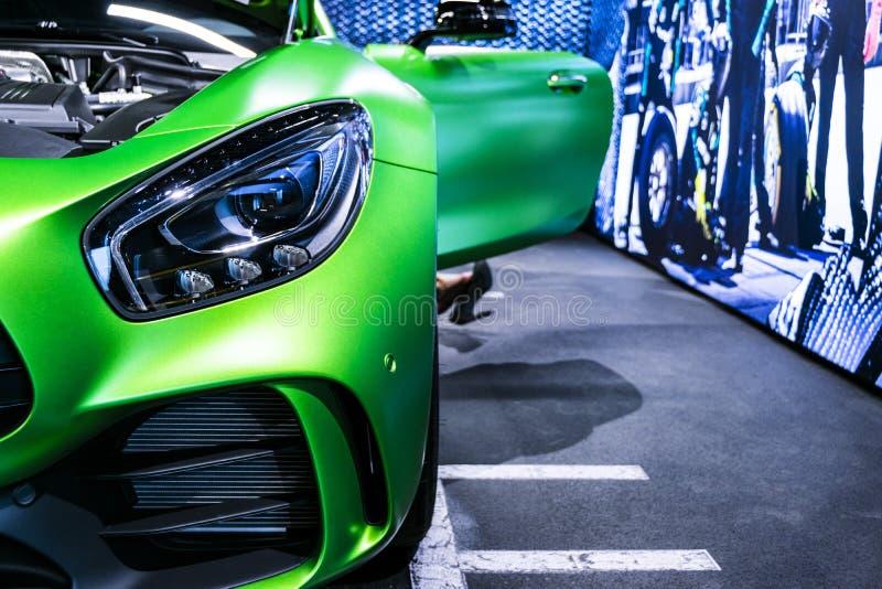 绿色奔驰车AMG广义相对论2018年V-8 Biturbo外部细节,车灯 正面图 汽车外部细节 免版税图库摄影