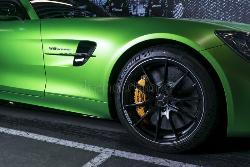绿色奔驰车AMG广义相对论2018年V-8 Biturbo外部细节 轮胎和合金轮子 碳陶瓷闸 汽车外部细节 免版税库存图片