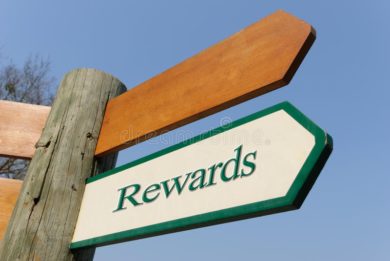 绿色奖励路标 免版税库存图片