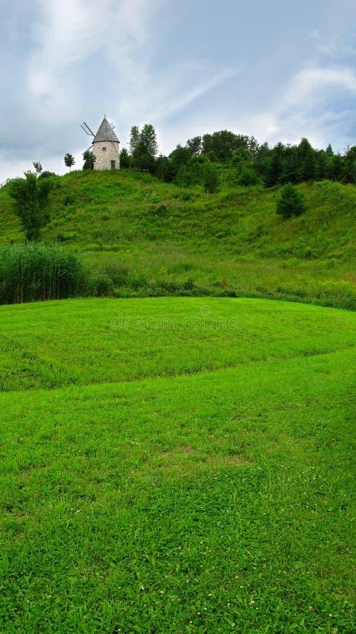 绿色小山顶风车 图库摄影