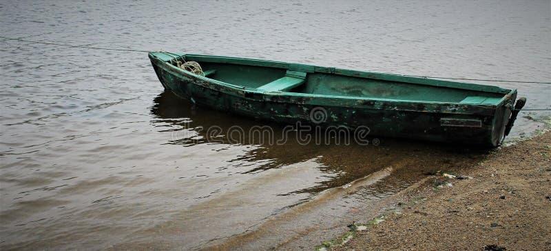 绿色小船在水中 库存照片