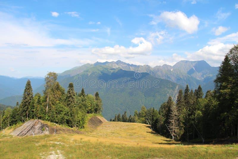 绿色山和天空蔚蓝 免版税库存照片