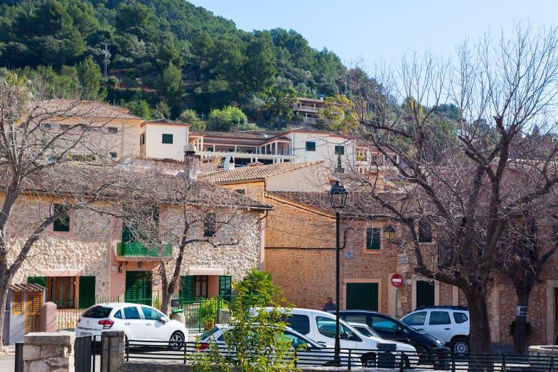 绿色山和明亮的房子在埃斯波尔莱斯,马略卡 免版税库存照片