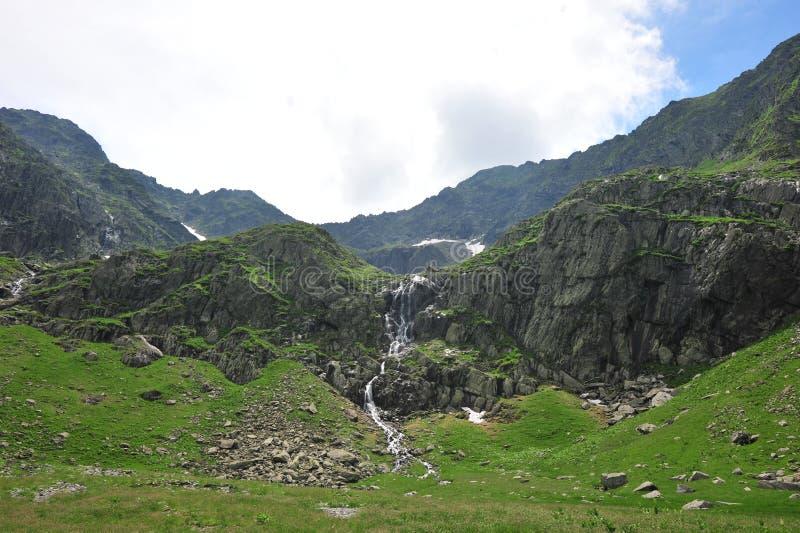 绿色山平安的瀑布 图库摄影