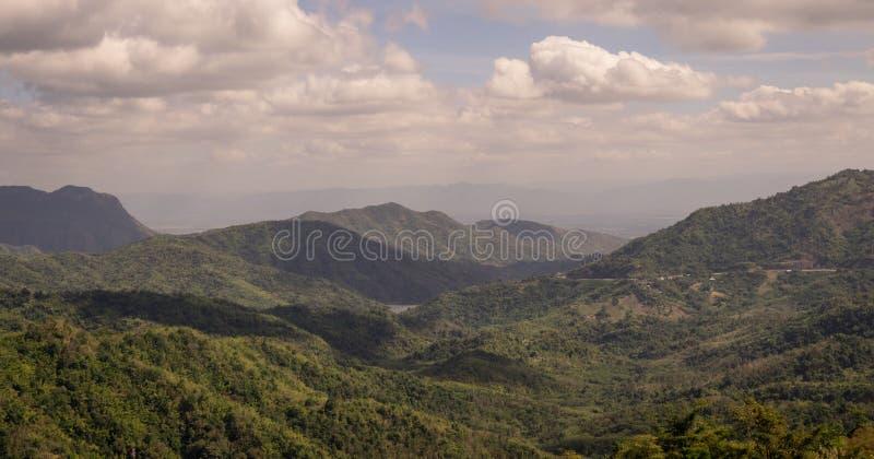 绿色山的范围在多云蓝天下 图库摄影