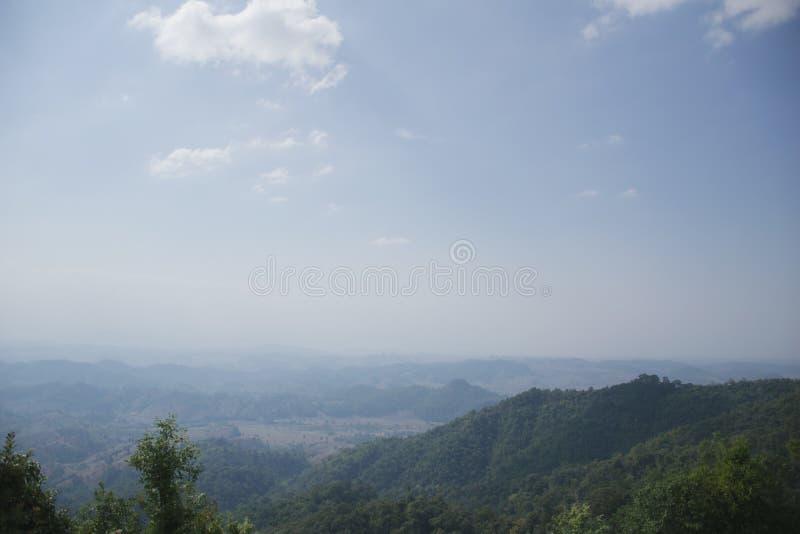 绿色山看法在多云的薄雾和的天空,翁庞达泰国下的 免版税库存图片