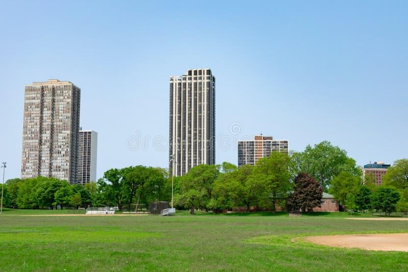 绿色开放领域在有大厦的林肯公园芝加哥 库存图片
