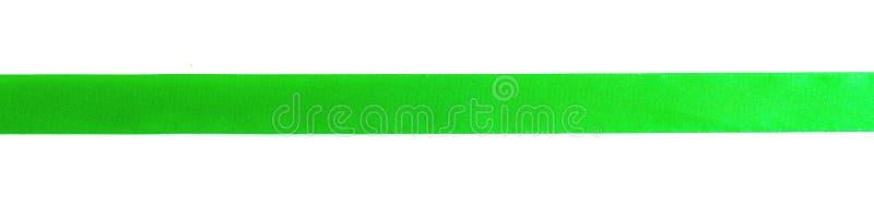 绿色弓丝带缎卷曲在与裁减路线概念的白色孤立背景圣诞装饰礼物元素的,复活节 免版税库存照片