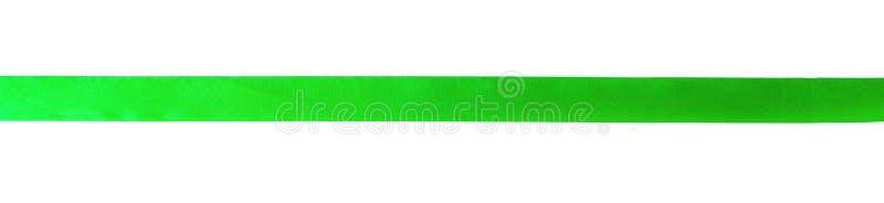 绿色弓丝带缎卷曲在与裁减路线概念的白色孤立背景圣诞装饰礼物元素的,复活节 免版税库存图片