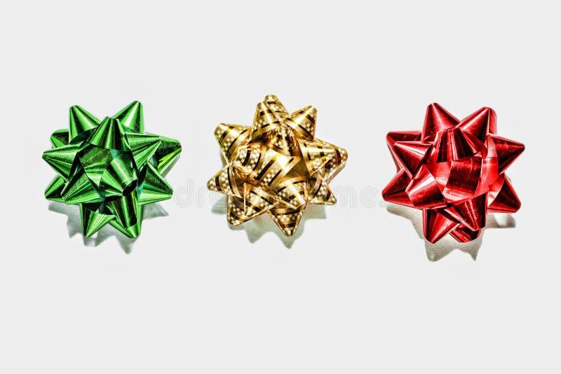 绿色弓,金弓,红色弓 圣诞节装饰生态学木 背景 库存照片