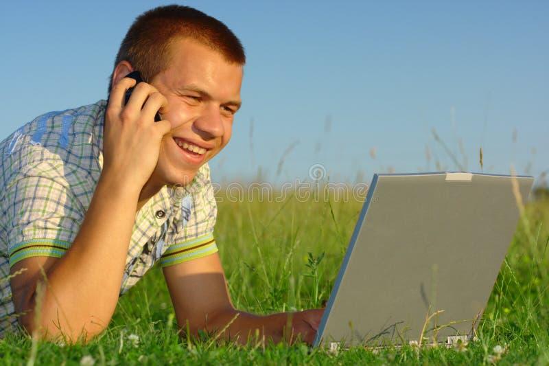 绿色愉快的膝上型计算机草甸学员工&# 免版税库存照片