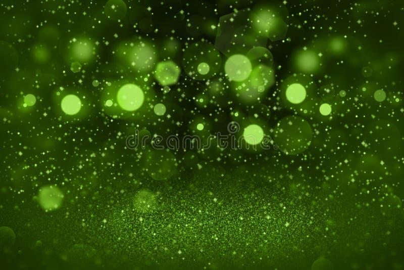 绿色意想不到的明亮的与火花的闪烁光defocused bokeh抽象背景飞行,与空格的欢乐大模型纹理 免版税图库摄影