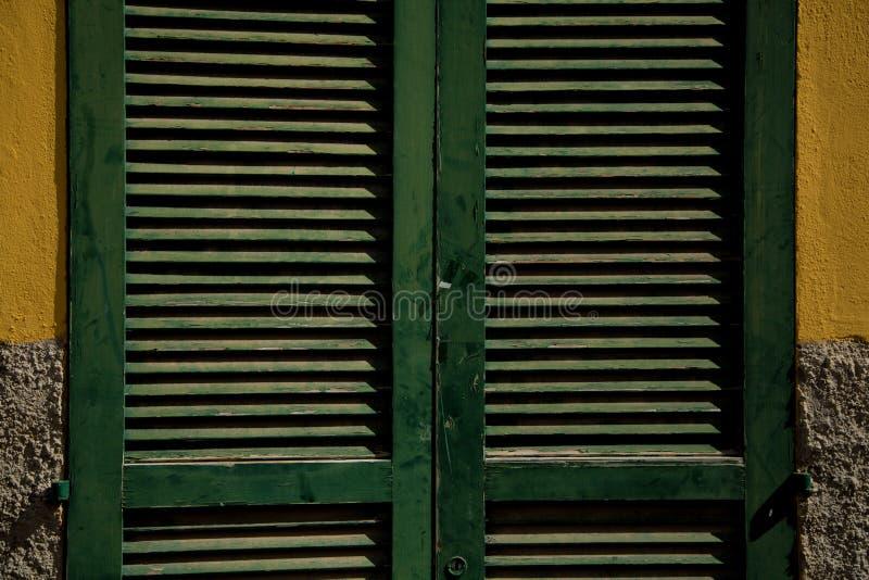 绿色木快门关上窗口 免版税库存图片