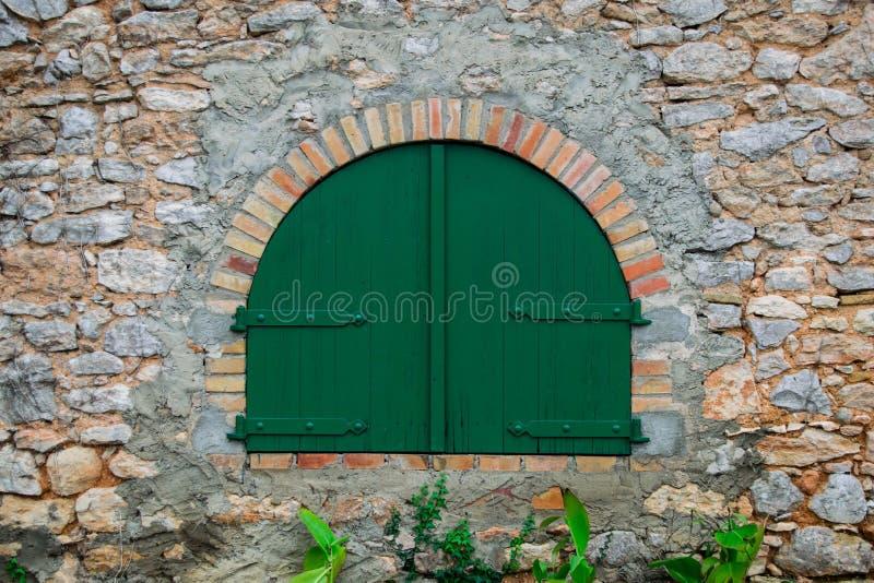 绿色木门在老西班牙农村房子里 库存图片