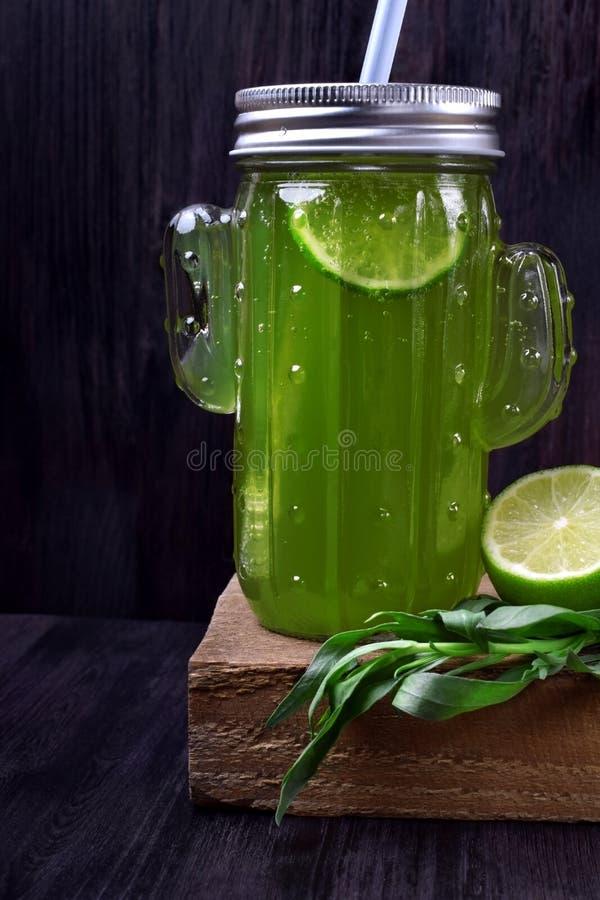 绿色柠檬水用龙篙和石灰 库存照片