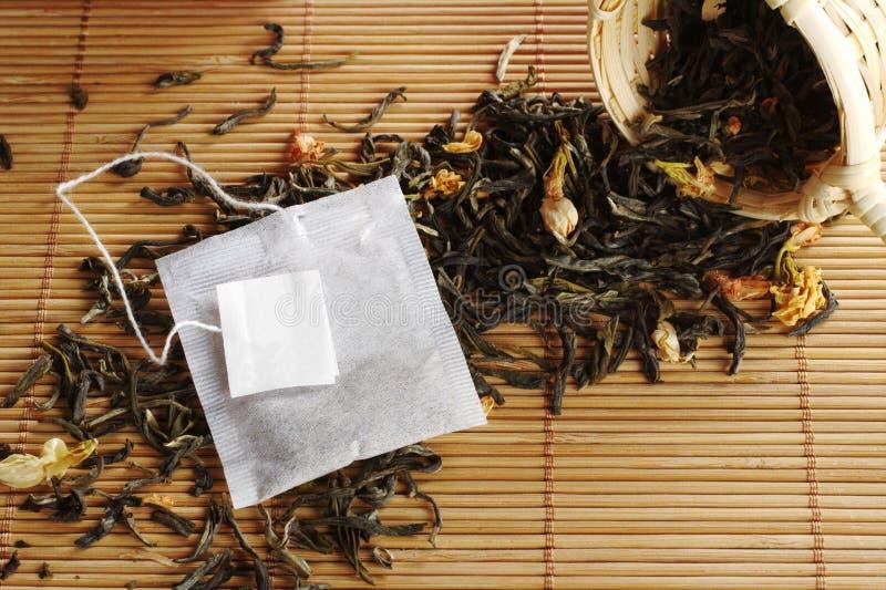 绿色标签茶茶袋 免版税库存图片