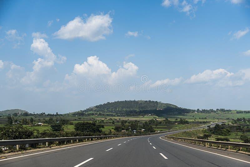 绿色树和山围拢的亚的斯亚贝巴高速公路-埃塞俄比亚 图库摄影