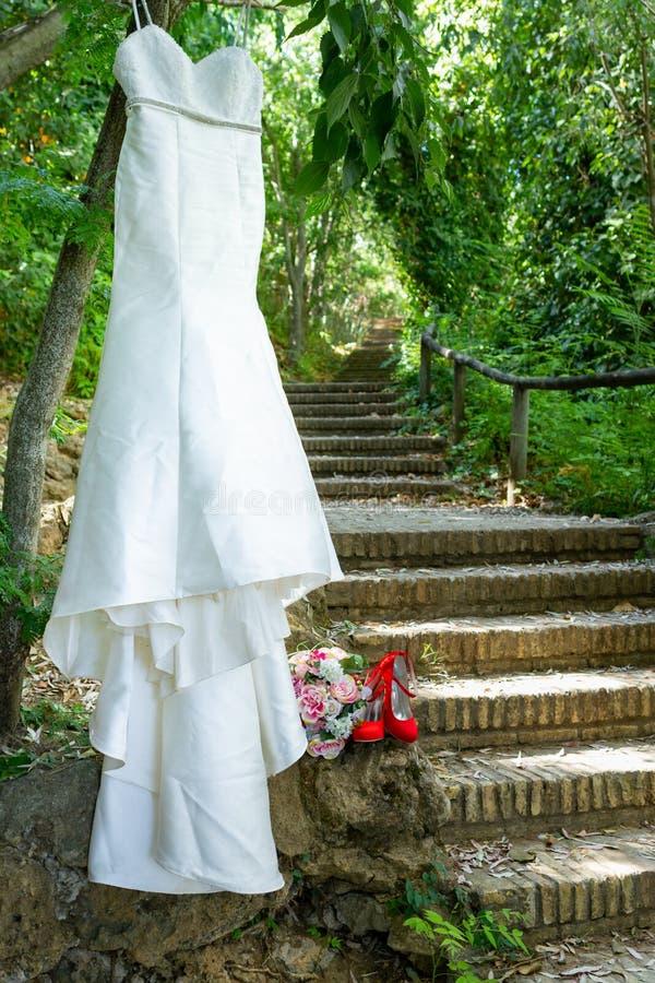 绿色森林婚礼衣服 库存图片