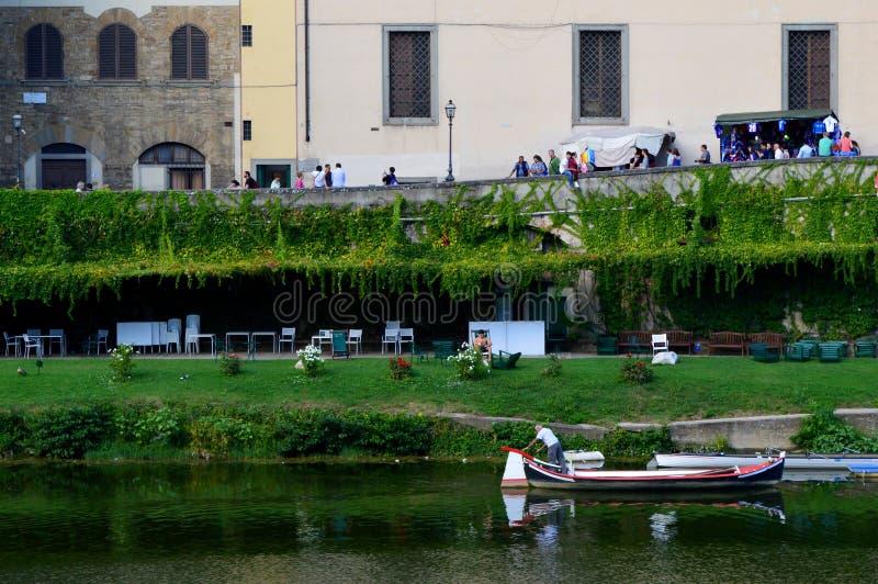绿色江边在佛罗伦萨,意大利 图库摄影