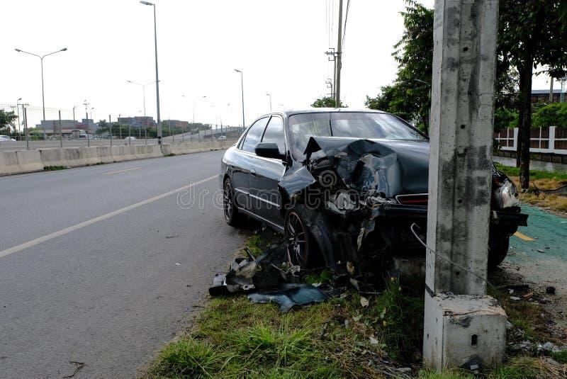 绿色汽车迅速驾驶与疏忽 并且相撞与电杆,直到损坏了它,交通事故和等待是 免版税库存图片