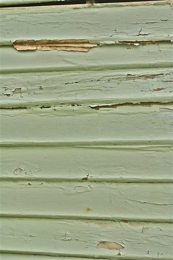 绿色油漆削皮木材封檐墙壁 库存图片