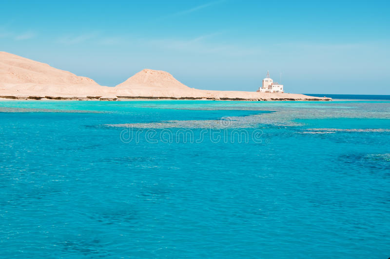 绿色海岛海洋岩石 库存图片