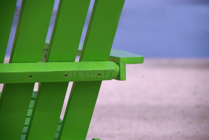 绿色海滩睡椅关闭 免版税库存照片