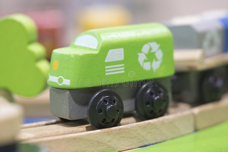 绿色火车木玩具-孩子的玩具演奏集合教育玩具 库存图片