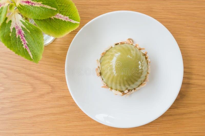 绿色点心由与红豆酱的绿茶被做 在桌上的一块白色板材 免版税库存照片