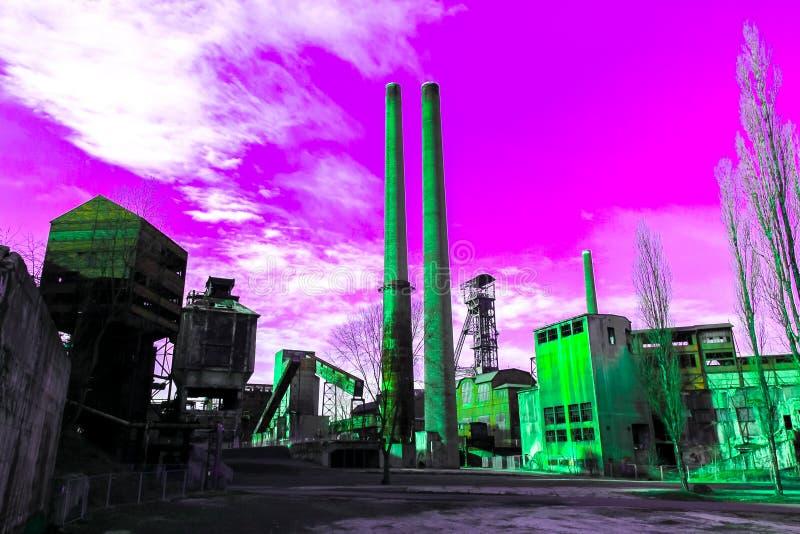 绿色生锈的散发辐射产物烟雾入明亮的毒紫色天空,污染的概念管子和工厂和 免版税库存图片