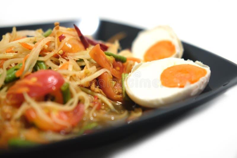 绿色番木瓜沙拉用盐味的鸡蛋 免版税库存照片