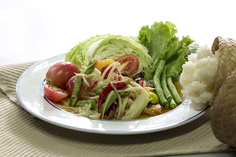 绿色番木瓜沙拉索马里兰胃泰语和糯米在竹cont 库存照片