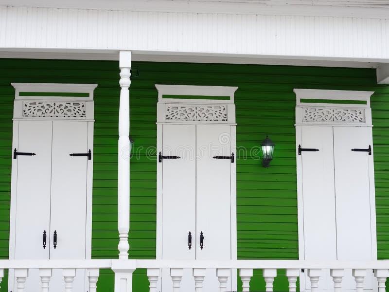 绿色白色海拔典型的殖民地居民安置多米尼加共和国 免版税库存图片