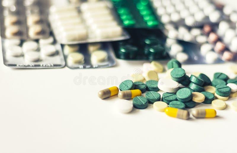 绿色的医学,桃红色和黄色药片或者胶囊在白色背景与拷贝空间 治疗疗程的药物处方 免版税图库摄影