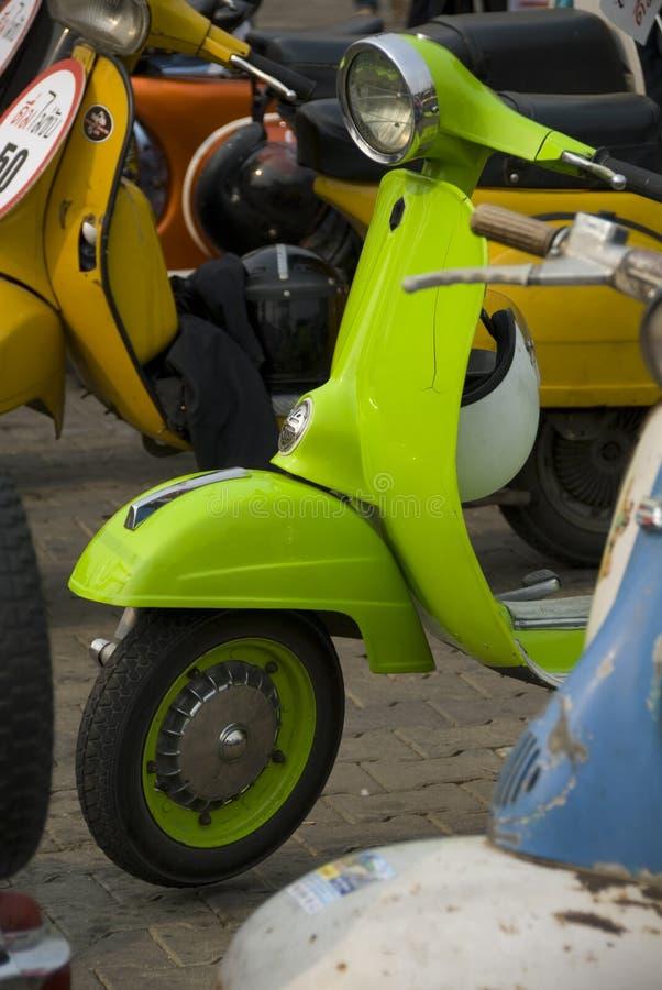 绿色石灰小型摩托车 免版税库存照片