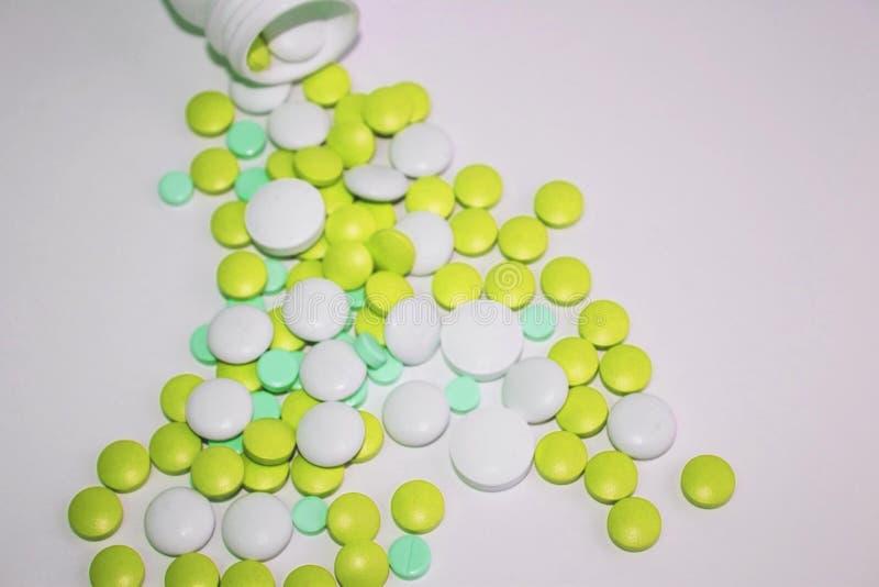 绿色维生素和药片健康和秀丽散装 库存照片