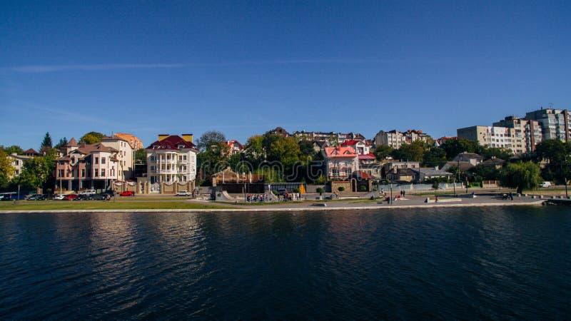 绿色美丽如画的镇的鸟瞰图湖的岸的 捷尔诺波尔 乌克兰 图库摄影