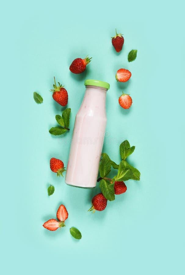 绿色背景中罐装薄荷草莓酸奶 排毒菜单 免版税库存图片