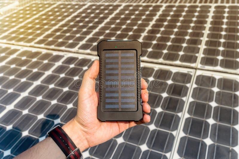 绿色能量,光致电压的太阳能电池用手 免版税库存照片