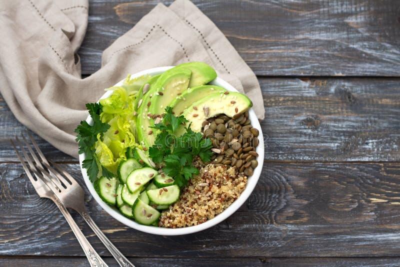 绿色菩萨碗用扁豆、奎奴亚藜、鲕梨、黄瓜、新鲜的莴苣、草本和种子 库存图片