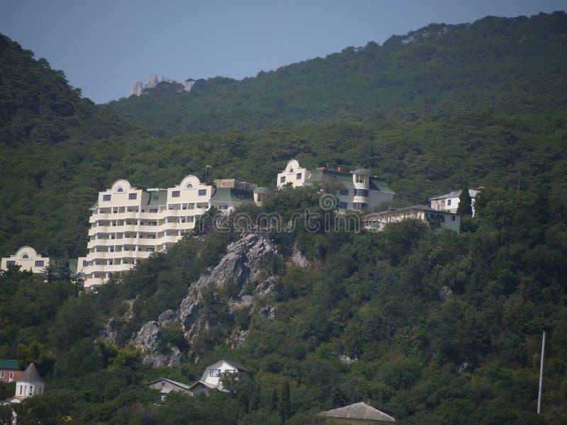 绿色落矶山脉和无边的蓝天背景的一家大旅馆  免版税库存照片