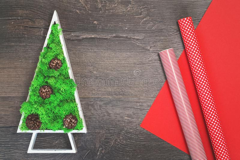 绿色被稳定的圣诞树和红色礼品包装材料纸 图库摄影