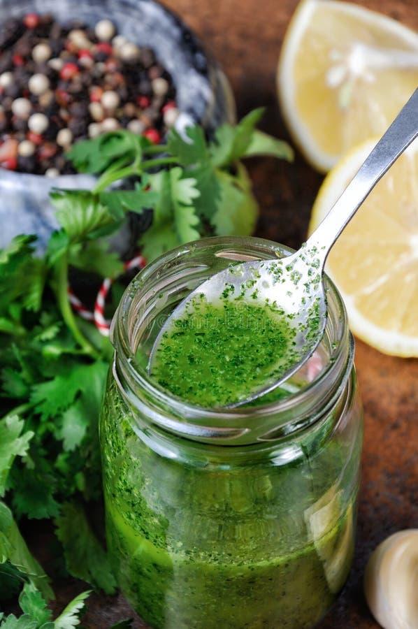 绿色调味汁,晒干为沙拉 库存图片
