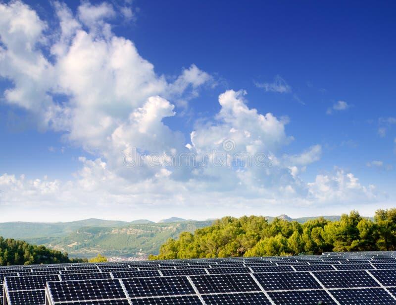 绿色谷村庄的能源太阳牌照 免版税库存图片