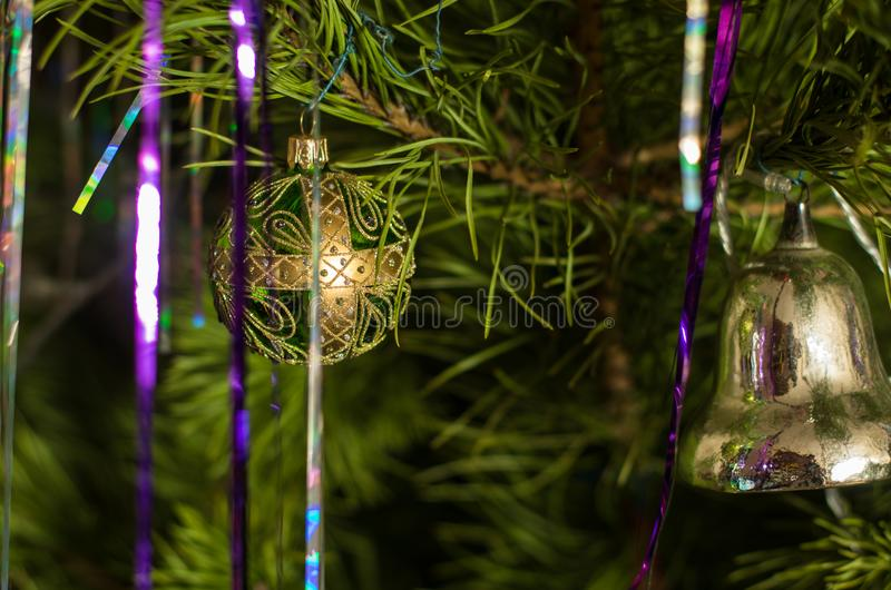 绿色金子球、银铃和闪亮金属片垂悬 免版税库存图片
