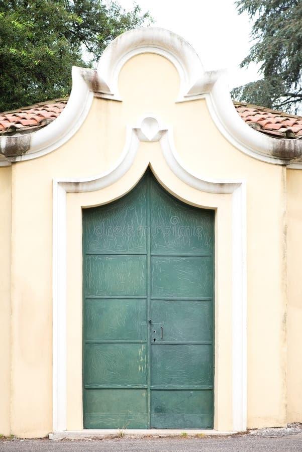 绿色金属被抓的门 免版税库存照片